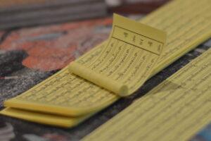Di sela-sela sesi, peserta diajak mengumpulkan kebajikan dengan menggulung kertas mantram untuk diisikan ke dalam rupang Buddha.
